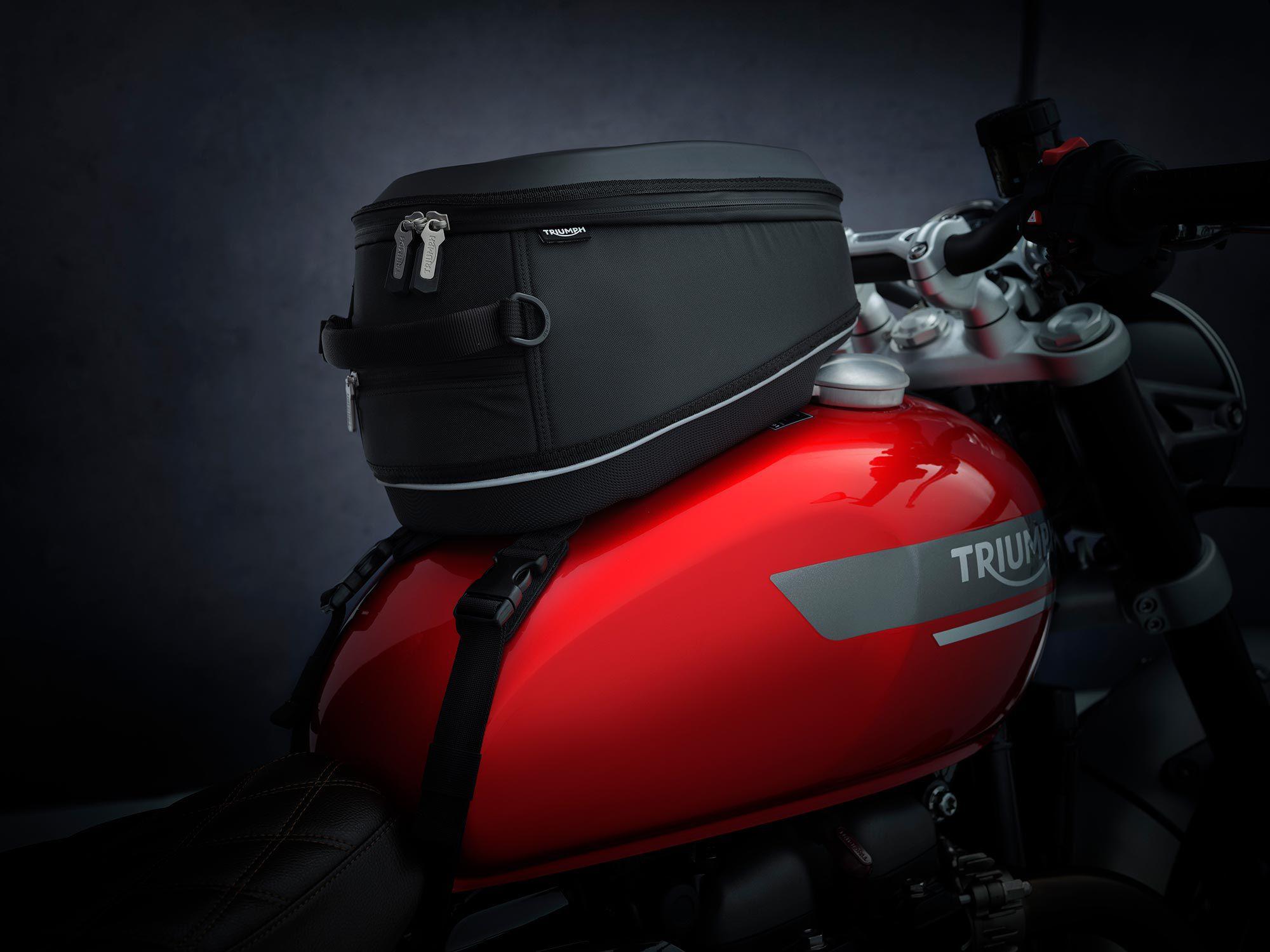 Accessoires, zoals deze tanktas, zijn direct beschikbaar.  Getoond wordt de nieuwe Red Hopper-colorway voor 2022.