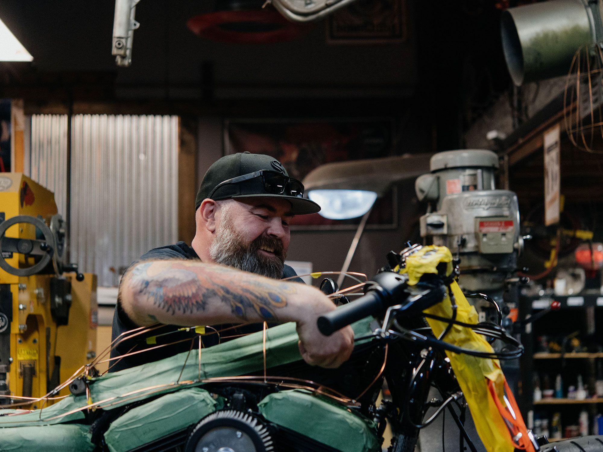 Joe Mielke test het passen en maken van aanpassingen aan de draadvorm.