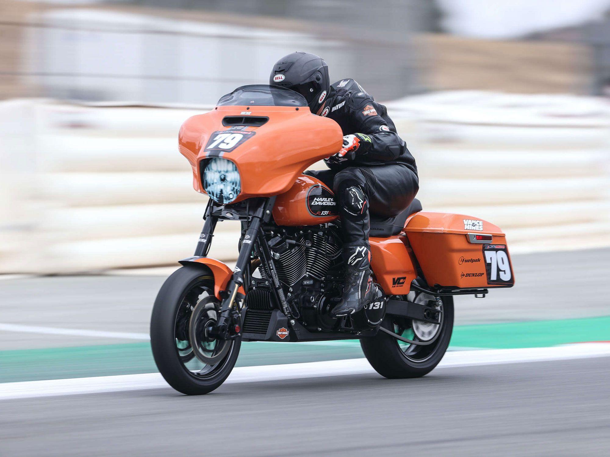 Hayden Gillim achtervolgd op de Vance & Hines Harley-Davidson.