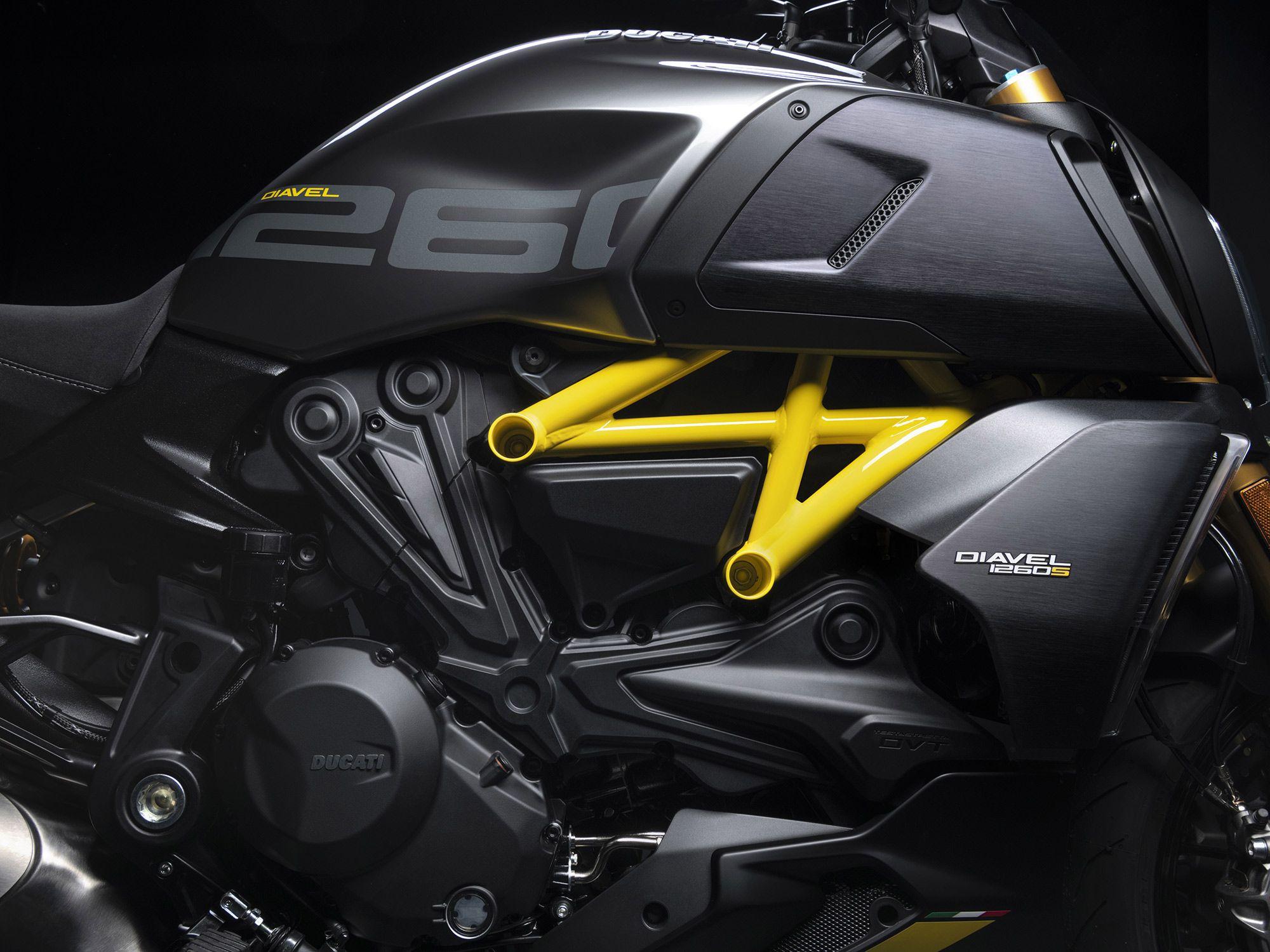 Een vleugje kleur om hem in het donker in te kaderen, maar verder is de beestachtige Testastretta DVT 1.262cc-motor nog steeds de ster van de show.