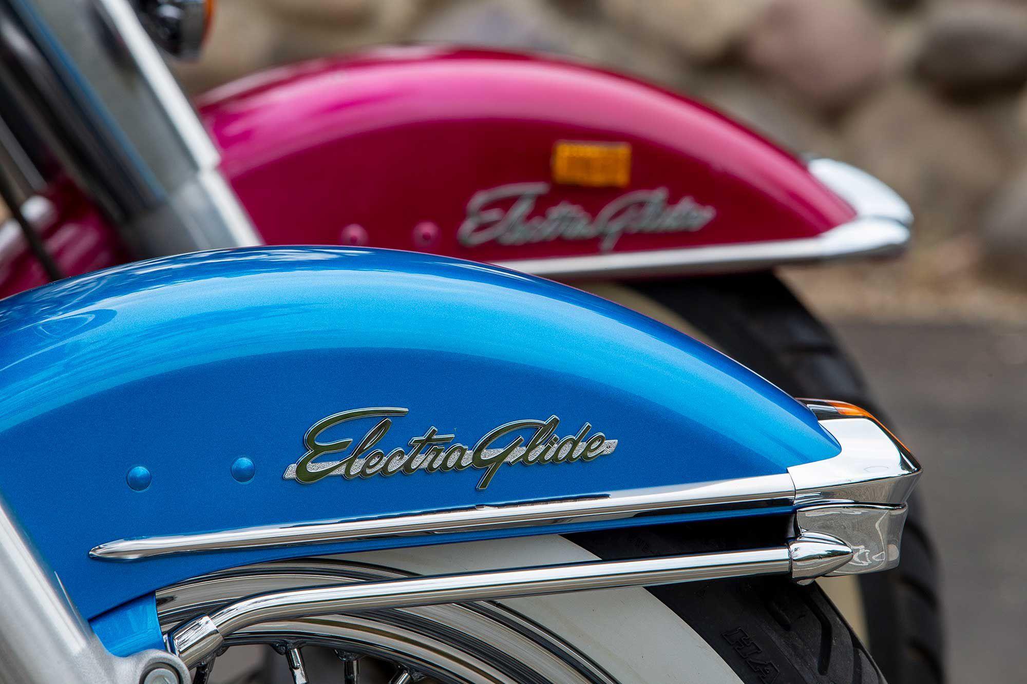 Het klassieke Electra Glide-insigne siert de voorkuip van de Revival en de FLH erachter.