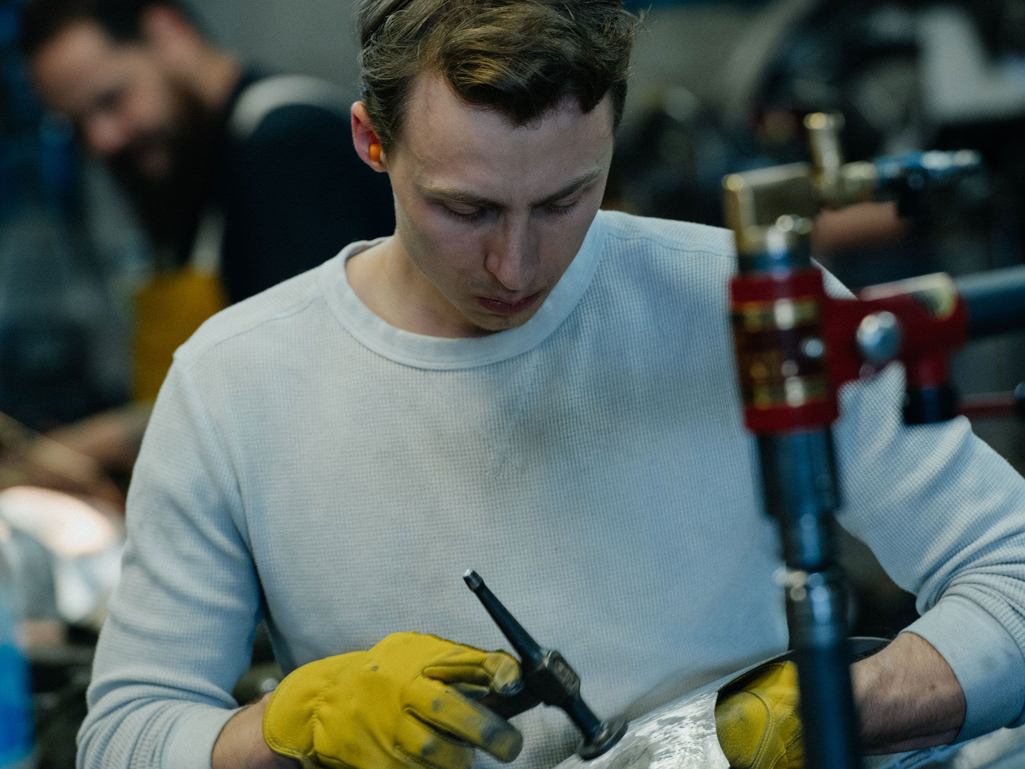 Met een ruw metalen carrosserie is er geen Bondo om fouten te verbergen.  Hier doet Donovan wat fine-tuning met een hamer, waardoor alle vormen glad en precies goed worden.