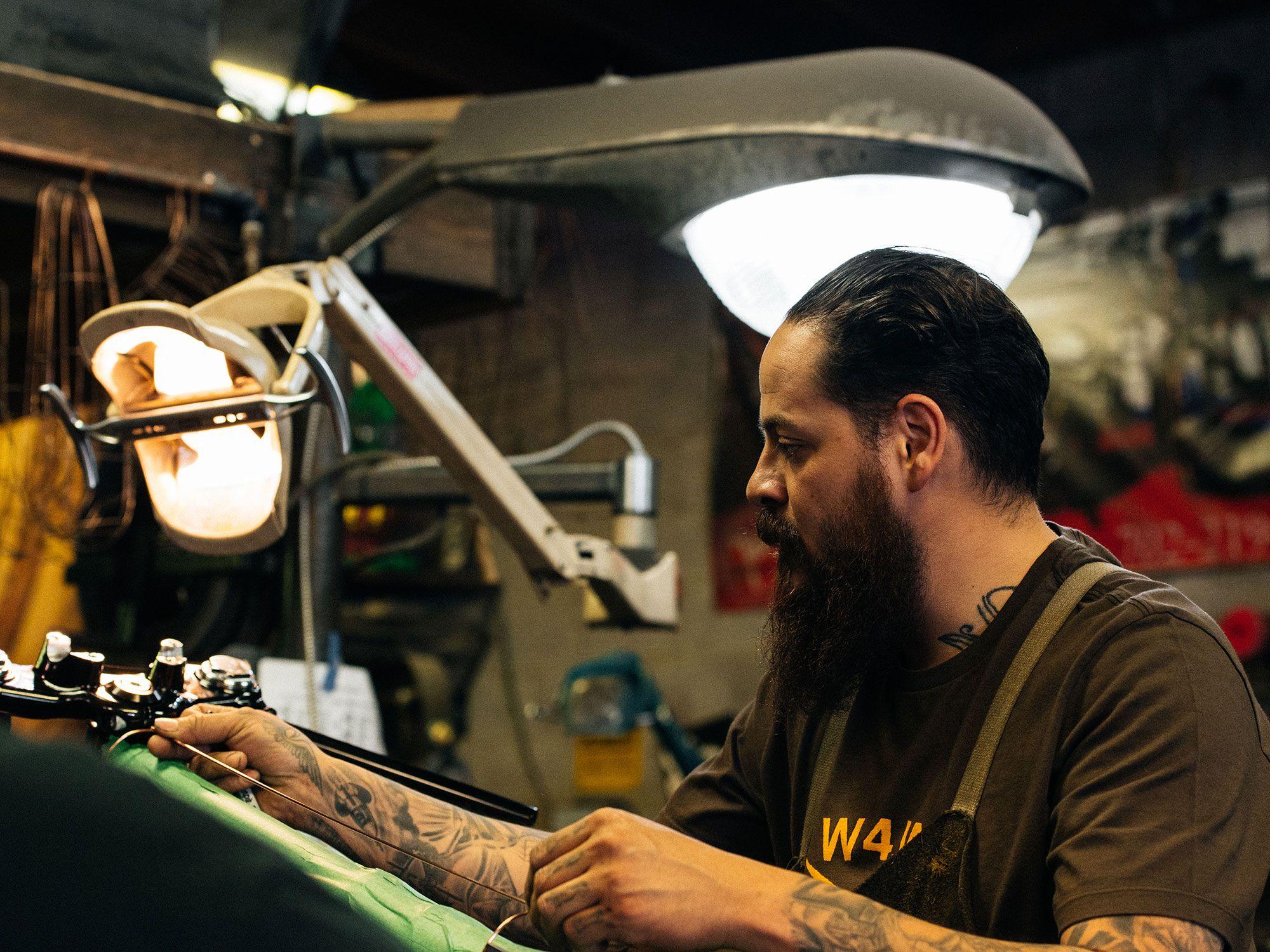 Christian Sosa is een hands-on bouwer, die tot het uiterste gaat om de vorm op de fiets zelf te spotten.
