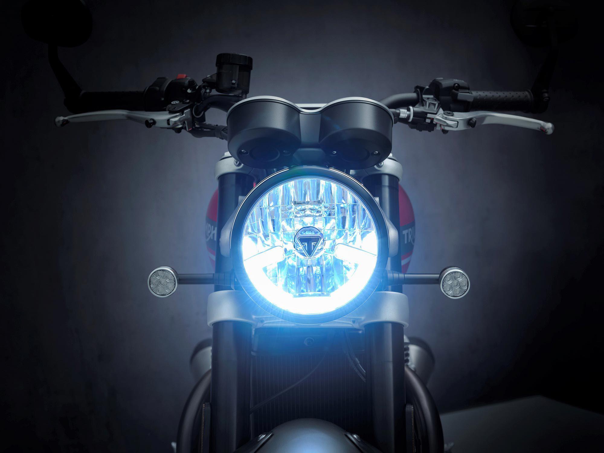 Zowel in de koplamp als in de achterunit verschijnen nieuwe LED's.