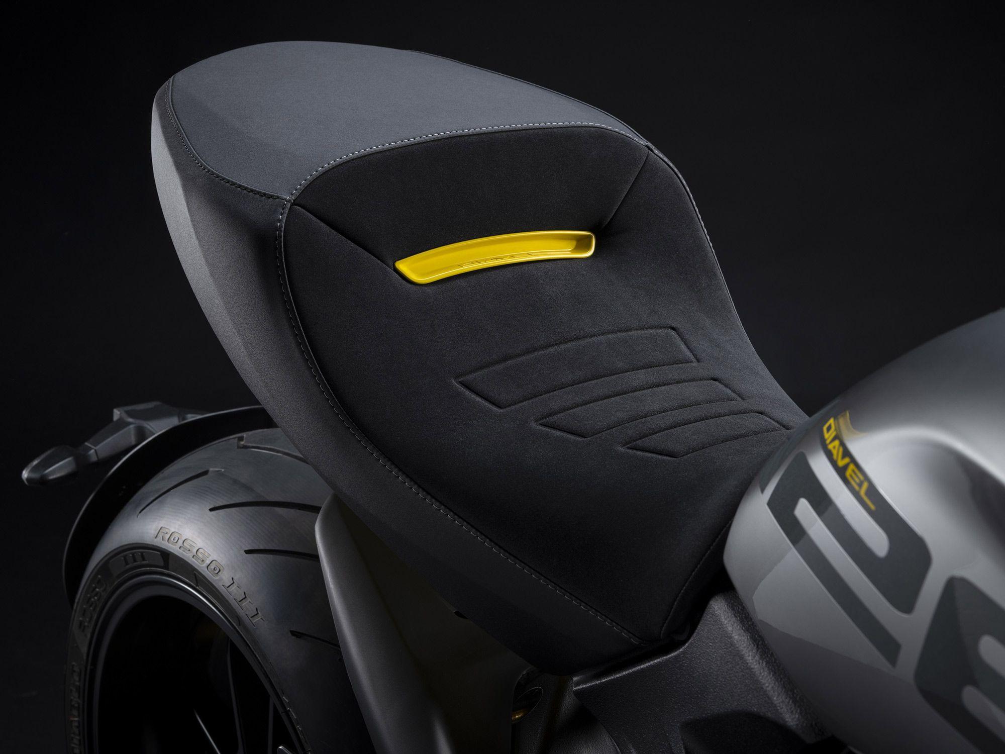 Solo-stoel krijgt een speciale badge samen met enkele stikdetails en wat lijkt op meer premium materiaal.