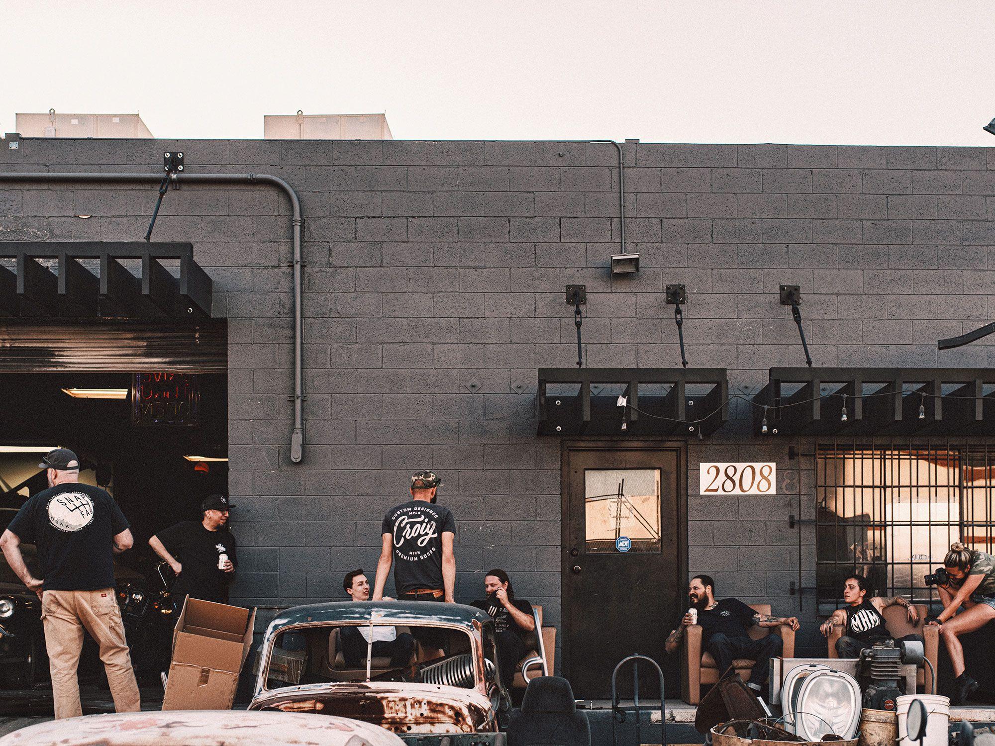 Het team van Built for Good neemt een pauze buiten Sosa Metalworks in Las Vegas, Nevada.