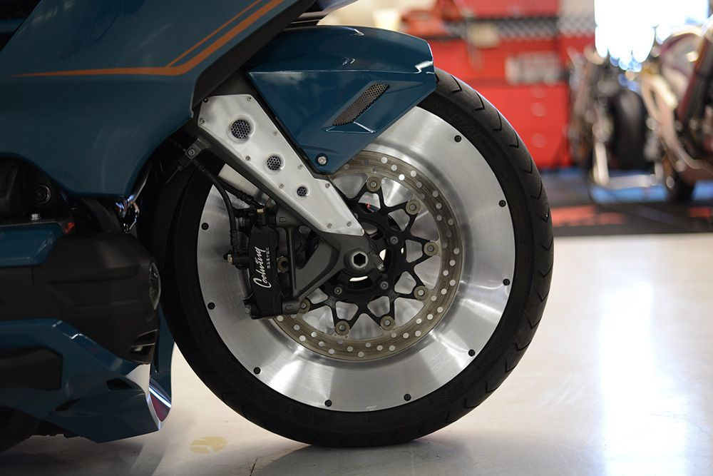 Now that is rad. Mooneyes-built molds just to make the retro disc covers for Cool Wing's front rim.